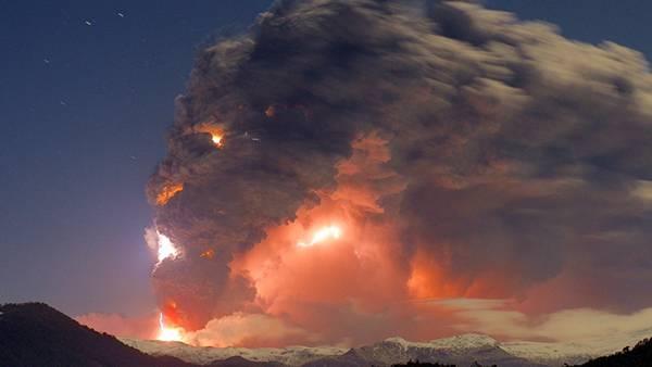 07.大量の煙を吹き出しながら噴火する火山を撮影した写真壁紙画像