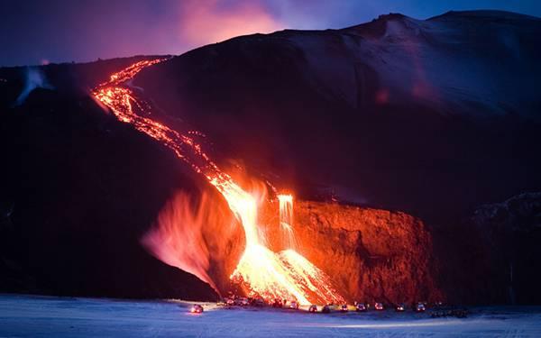 08.流れ出る溶岩を撮影した綺麗な写真壁紙画像
