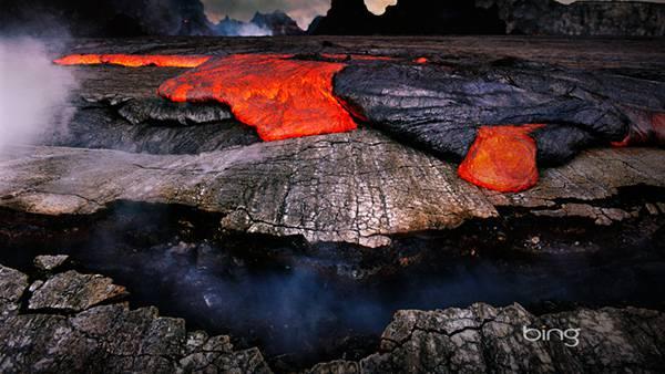 09.真っ赤な溶岩が流れる火山の地表を撮影した写真壁紙画像