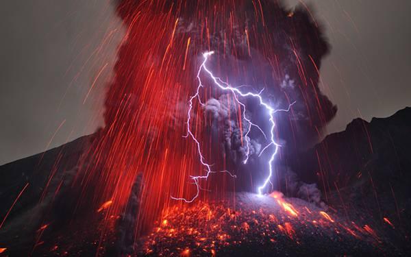 10.噴火する火山の火の粉と雷を撮影したカッコイイ写真壁紙画像