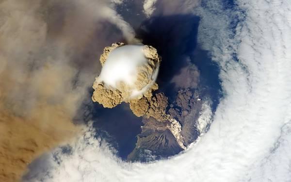 11.噴火する火山を空撮した写真壁紙画像