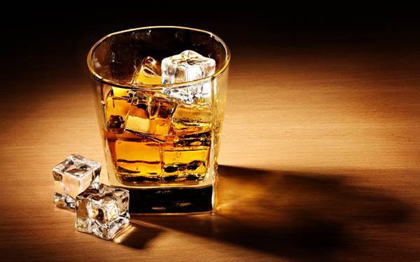 01.グラスに注いだロックウイスキーを撮影したかっこいい写真壁紙画像