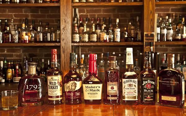 04.カウンターの上に並べた様々な銘柄のウイスキーを撮影した綺麗な写真壁紙画像