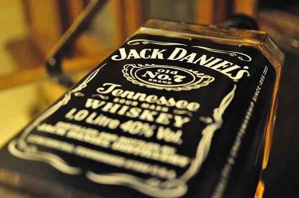 07.ジャックダニエルのボトルをアップで撮影した写真壁紙画像