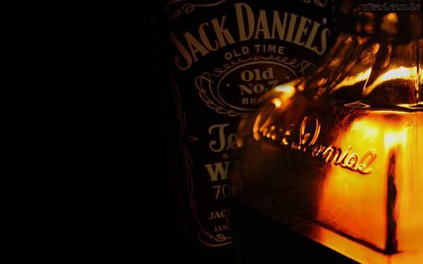 08.薄明かりの中のウイスキーボトルをアップで撮影した写真壁紙画像