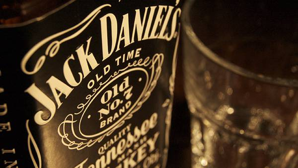 09.ジャックダニエルのボトルとグラスを撮影した綺麗な写真壁紙画像