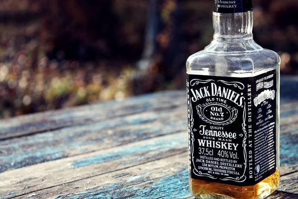 10.ベンチの上に置いたジャックダニエルのボトルを撮影した写真壁紙画像