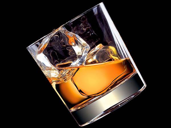 11.傾けたロックウイスキーのグラスを撮影した綺麗な写真壁紙画像