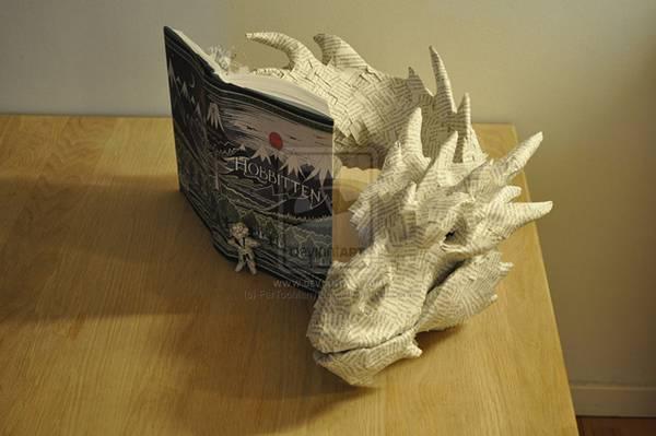 小説のページから飛び出してくるドラゴンのペーパーアート - 01