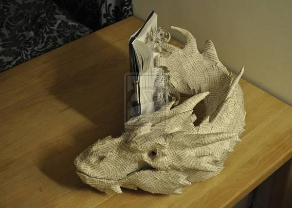 小説のページから飛び出してくるドラゴンのペーパーアート - 02