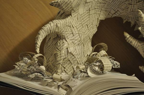 小説のページから飛び出してくるドラゴンのペーパーアート - 03