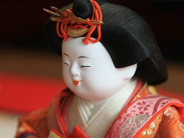 雛人形の表情をアップで撮影したフリー写真素材