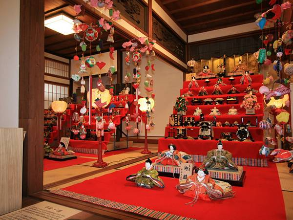 和室に飾られた立派な雛壇のフリー写真素材
