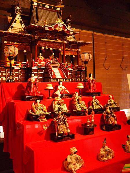 社型の豪華な雛壇の綺麗なフリー写真素材