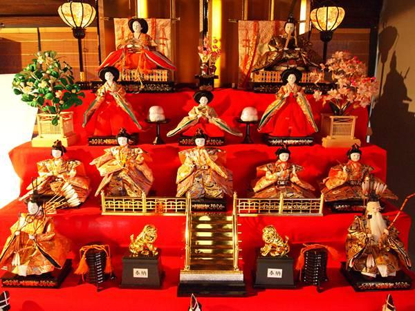 雛壇のお雛様やお内裏様や三人官女に五人囃子を撮影したフリー写真素材