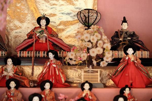 桃の花やぼんぼりと雛人形を撮影したフリー写真素材