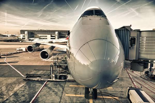 01.空港の飛行機を正面から撮影した写真壁紙画像