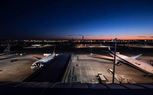 02.夜の空港を撮影した綺麗な写真壁紙画像