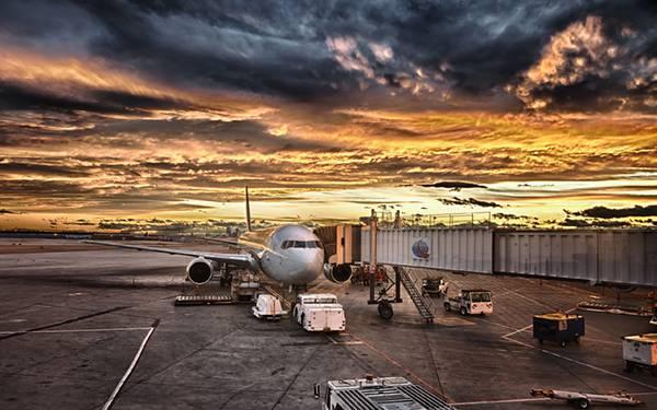 06.夕焼けの空港の飛行機を撮影したカッコイイ写真壁紙画像