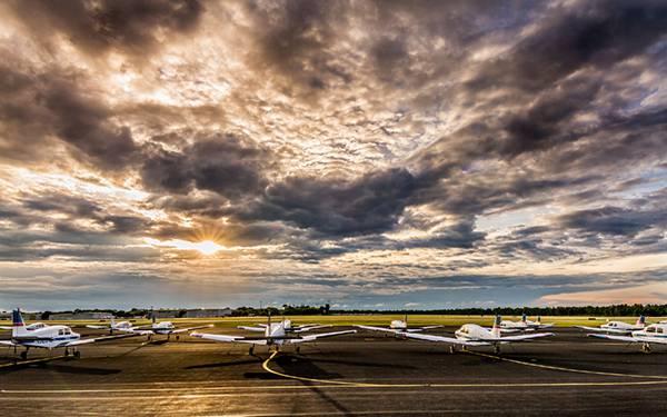 07.たくさんの飛行機と夕日を撮影した綺麗な写真壁紙画像