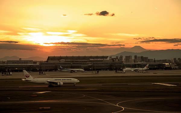 08.夕日の滑走路の中の旅客機を撮影した綺麗な写真壁紙画像