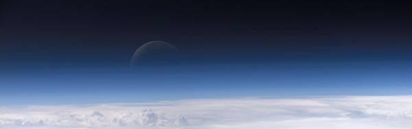 11.雲の上にぼんやり見える月の綺麗な写真壁紙画像