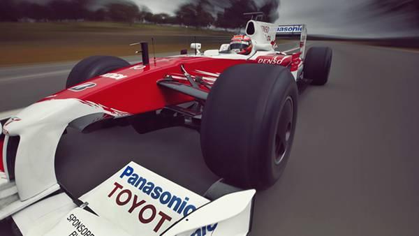 01.赤いF1レーシングカーを迫力のアングルで撮影した写真壁紙画像