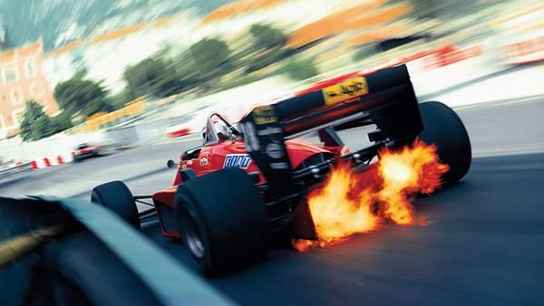 06.炎を上げて走るF1レーシングカーを撮影したスピード感たっぷりの写真壁紙画像