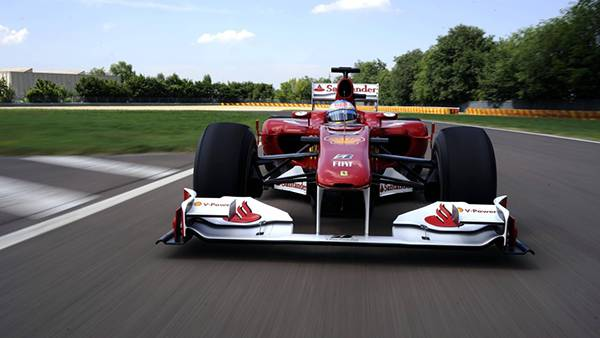 07.F1レーシングカーを正面から撮影したカッコイイ写真壁紙画像