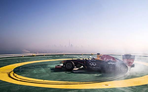 09.青空の下のF1レーシングカーを撮影した綺麗な写真壁紙画像