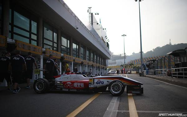12.レース前のF1カーを撮影したカッコイイ写真壁紙画像