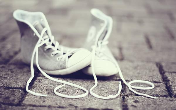 靴紐で作ったLOVEの文字を撮影したおしゃれな写真壁紙