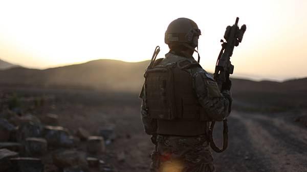 02.荒野の中で銃を持った兵士の後ろ姿を撮影したミリタリー系壁紙画像