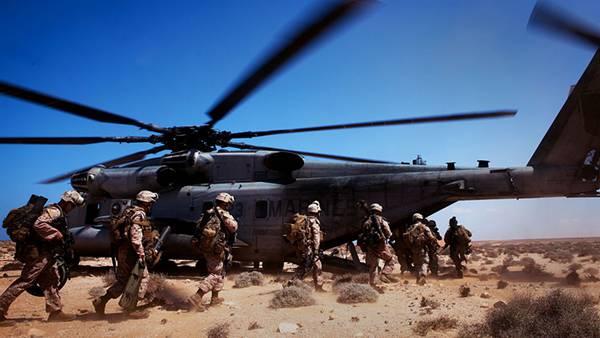 04.ヘリに乗り込む兵士たちを撮影したカッコイイ写真壁紙画像