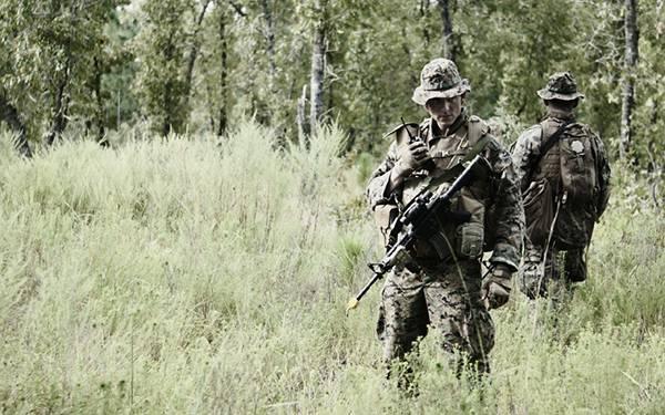 06.無線を片手に佇む兵士を撮影したカッコイイ写真壁紙画像