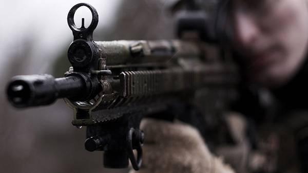07.兵士が構える銃の銃口をアップで撮影した写真壁紙画像