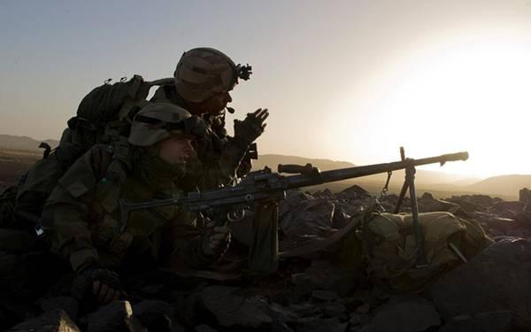 09.銃を構える2人の軍人を逆行で撮影した綺麗な写真壁紙画像