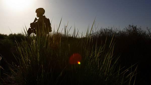 11.銃を持って歩く兵士を逆光のシルエットで撮影した写真壁紙画像