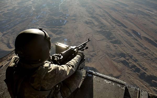 12.銃を構えて眼下を見下ろす兵士のの後ろ姿を撮影した写真壁紙画像