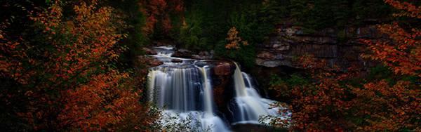 01.紅葉の中の滝を撮影した美しい写真壁紙画像