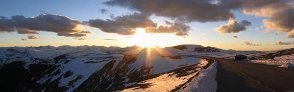 02.雪山の向こうから昇る朝日を撮影した美しい写真壁紙画像