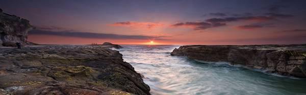 04.岩場から続く海に沈む夕日を撮影した美しい写真壁紙画像