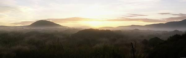 08.霞がかった丘に沈む夕日を撮影した美しい写真壁紙画像
