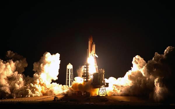 夜に打ち上げるスペースシャトル画像