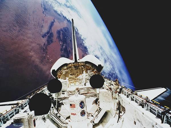 地球とスペースシャトル画像