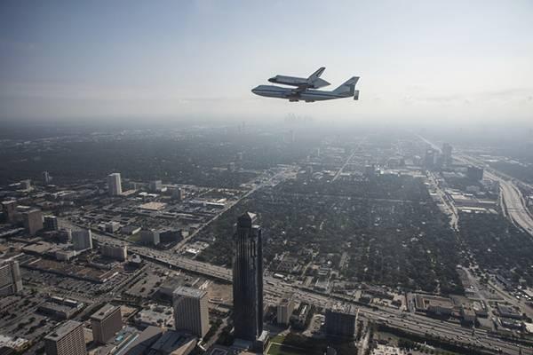 高層ビルとスペースシャトルが美しい画像