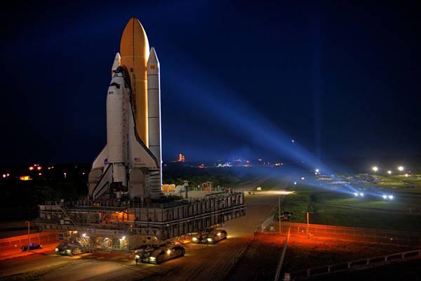 ライトアップされたスペースシャトル画像