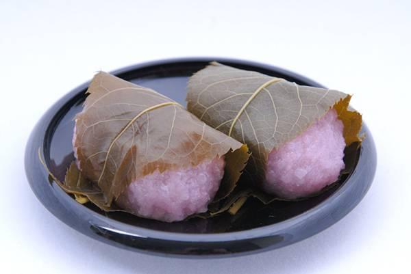 2つの桜餅を撮影したフリー写真素材