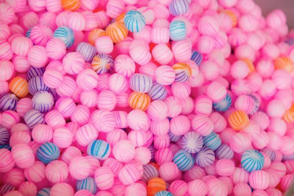 ピンク色の丸い飴のフリー写真素材
