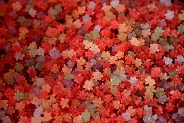 赤い金平糖の綺麗なフリー写真素材